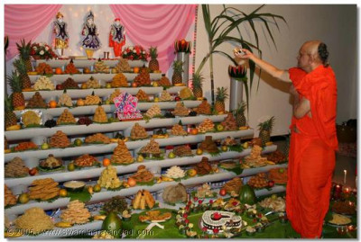 Acharya Swamishree offers the cake to the Lord