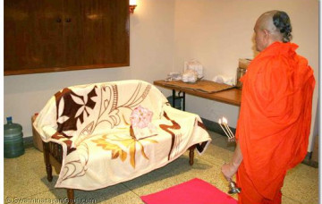 Acharya Swamishree gives darshan in Uganda