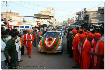 Acharya Swamishree arrives in Kheda, for the start of the 2 day anti-addiction convention