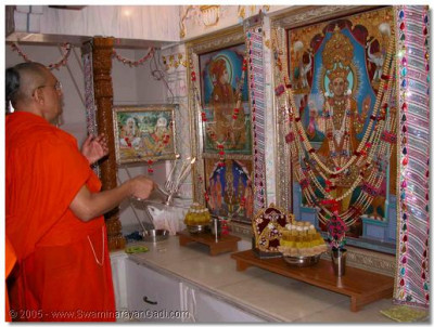 Acharya Swamishree performs aarti to Lord Swaminarayan during the patotsav ceremony of the Ladies temple in Bhuj
