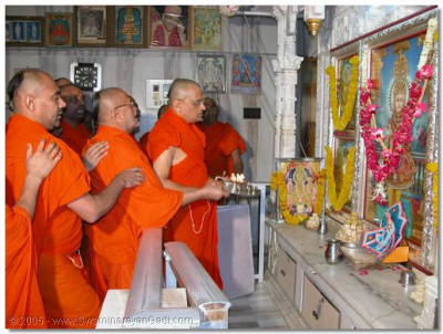 Acharya Swamishree concludes the patotsav ceremony in the Ladies Temple by performing aarti to the supreme Lord Swaminarayanbapa Swamibapa