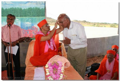 Acharya Swamishree blesses one of the sponsors of the water reservoir project