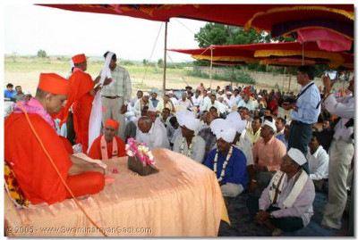 Acharya Swamishree and the assembly of Naranpur's villagers