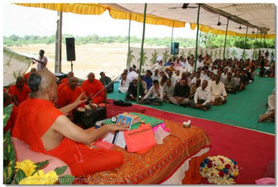 Acharya Swamishree blesses the assembly in Halol