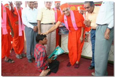 Acharya Swamishree donates toys and various other educational items to the blind and disabled students of the foundation, and grants them all His divine blessing