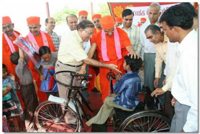 Acharya Swamishree donates hand operated tricycles to disabled students
