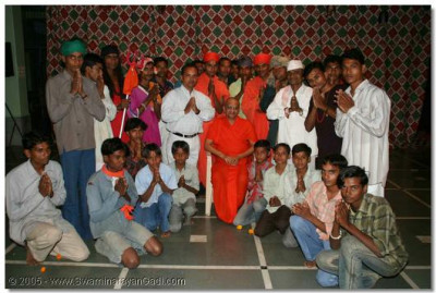 Acharya Swamishree gives darshan with all those who took part in the drama production