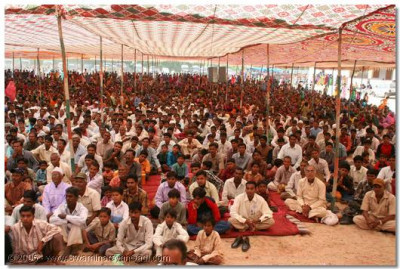 Thousands of people gathered in Vaghjipur to attain the divine blessings of Acharya Swamishree