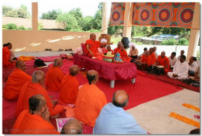 Acharya Swamishree bestows His divine blessings