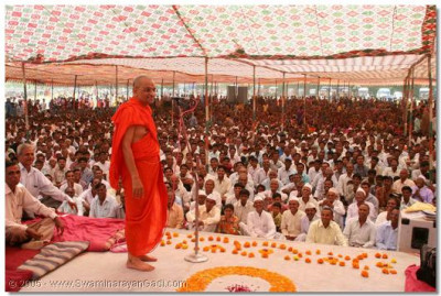 Acharya Swamishree gives darshan to all the disciples