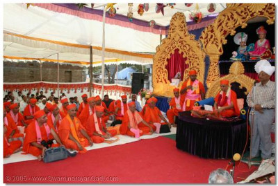 Acharya Swamishree and sants give darshan on the stage