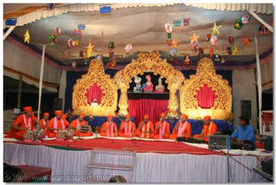 Kirtan Bhakti performance was given by the sants in the evening