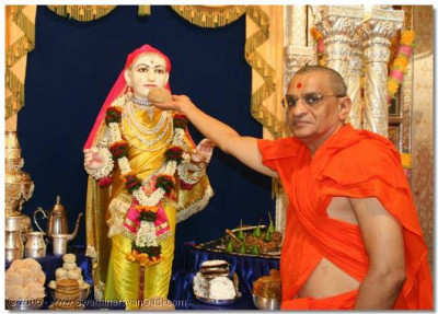Acharya Swamishree offers prasad thar to Lord Swaminarayan
