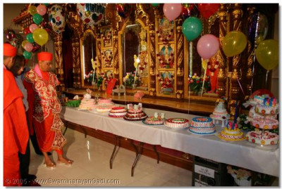 Acharya Swamishree looks at the cakes made by devotees on this special occasion