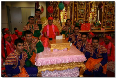 Acharya Swamishree gives darshan to the devotees who took part in the dance