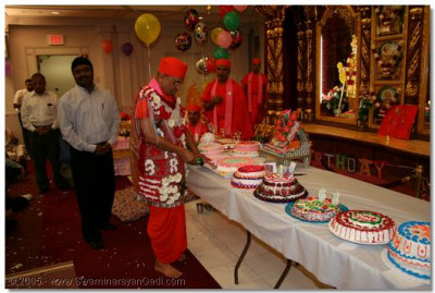 Acharya Swamishree cuts a celebrations cake