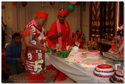 Acharya Swamishree cuts all the cakes