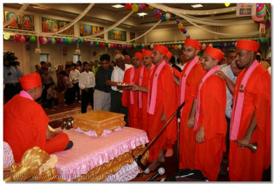 Sants and devotees perform aarti to Lord Swaminarayanbapa Swamibapa