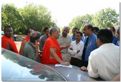 Acharya Swamishree gives guidance to the devotees for the event