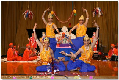Acharya Swamishree gives darshan as devotees perform a classical dance
