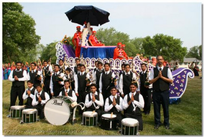 the pipe band are granted the opportunity of a photo with Acharya Swamishree on this special occasion