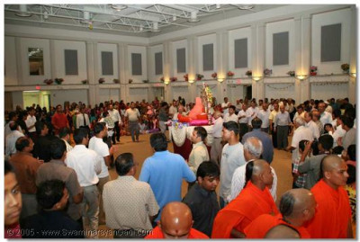 After the performances, devotees took part in a Samo Raas