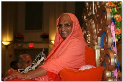 Divine darshan of Acharya Swamishree during the raas