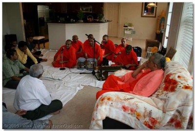 Acharya Swamishree, sants and devotees arrived in Philadelphia, USA on 29th May 2005. The evening assembly is held at a devotee's home.
