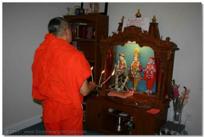 31st May 2005. Acharya Swamishree performs Magla Aarti at a devotees residence