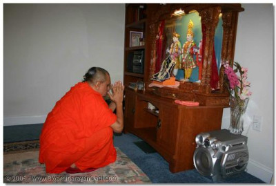 Acharya Swamishree prays to Lord Swaminarayan