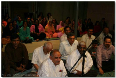 Devotees from all over the vicinity gathered for Acharya Swamishree's darshan