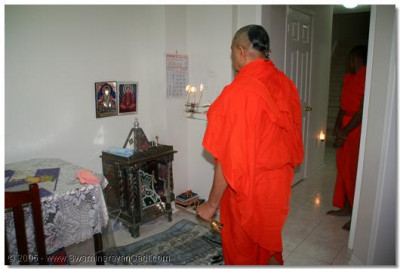 3rd July 2005. Acharya Swamishree performs the mangla aarti
