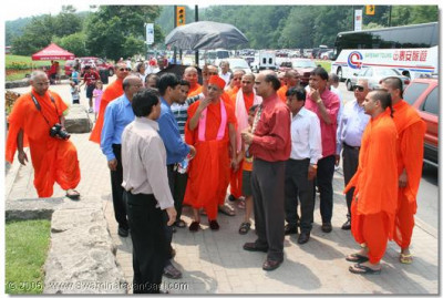 In the afternoon Acharya Swamishree arrives at Niagra Falls