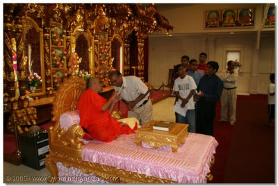 Devotees present their vows to Acharya Swamishree
