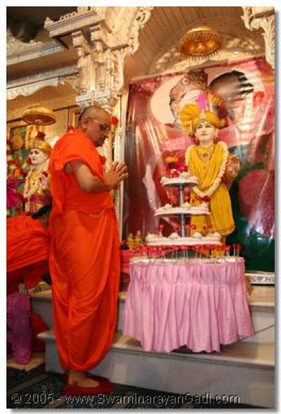 Acharya Swamishree prays to Lord Swaminarayan on this special day