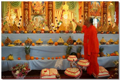 HDH Acharaya Swamishree offers the cake to Lord Swaminarayan