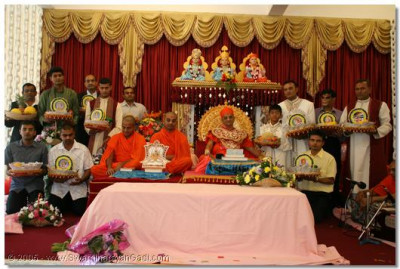 HDH Acharya Swamishree and sants giving darshan to devotees