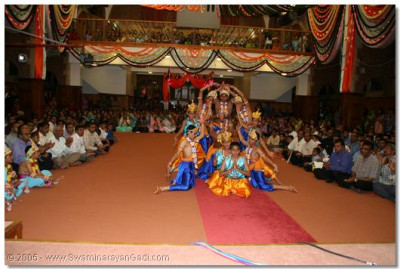 Classical dance to the kirtan 'Chaalo chaalo aaje aapane......' performed by young devotees