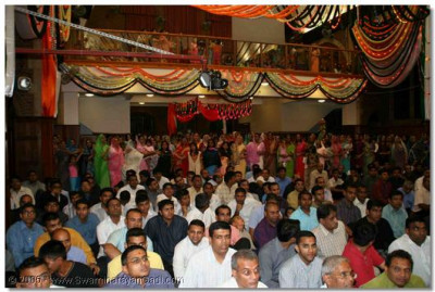 Devotees who took part in the Jeevan Ghadtar Satsang Shibir perform aarti to please Lord Swaminarayanbapa Swamibapa