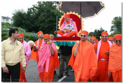Sants carrying Acharya Swamishree during the procession