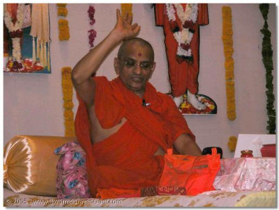 Acharya Swamishree gives His divine ashirwad on this special occasion