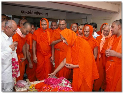 On the day Sadguru Shree Uttampurushdasji Swami departed from this mortal world Acharya Swamishree perfomed the pre-cremation ceremony