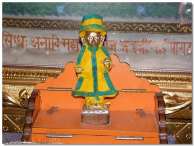 Divine darshan of Shree Harikrishna Maharaj adorned in chandan vagha