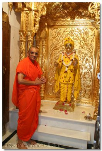 Divine darshan of Shree Harikrishna Maharaj and Acharya Swamishree