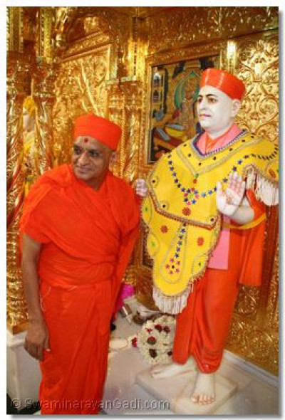 Jeevanpran Swamibapa gives darshan to Acharya Swamishree