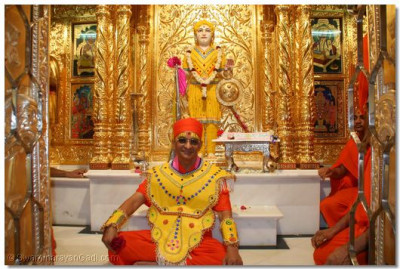 Lord Swaminarayan gives darshan to Acharya Swamishree