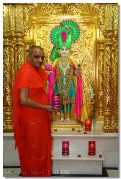 Divine darshan of Lord Swaminarayan and Acharya Swamishree on Dhan Teras day