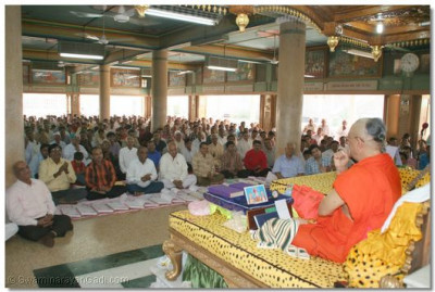 Devotees from all over the world came for Acharya Swamishree's blessings