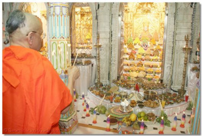 Acharya Swamishree performs the Annkut aarti in Maningar
