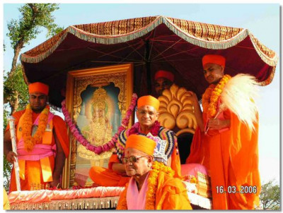 Lord Swaminarayan, Acharya Swamishree and sants give darshan from the float